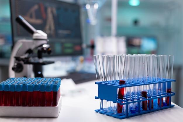 Vacutainers и пробирки на подносе в научной лаборатории