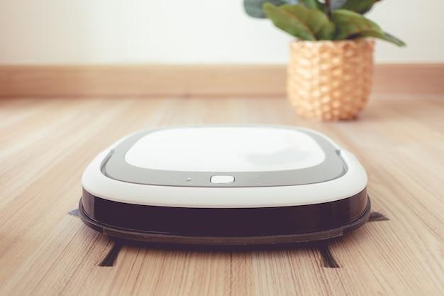 청소기 로봇은 자동 청소를 수행합니다.
