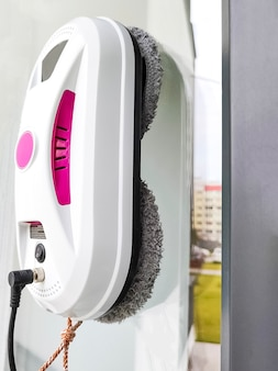 ガラス窓を洗う掃除機ロボット。ロボットウィンドウクリーナーは、自宅の窓を掃除します。