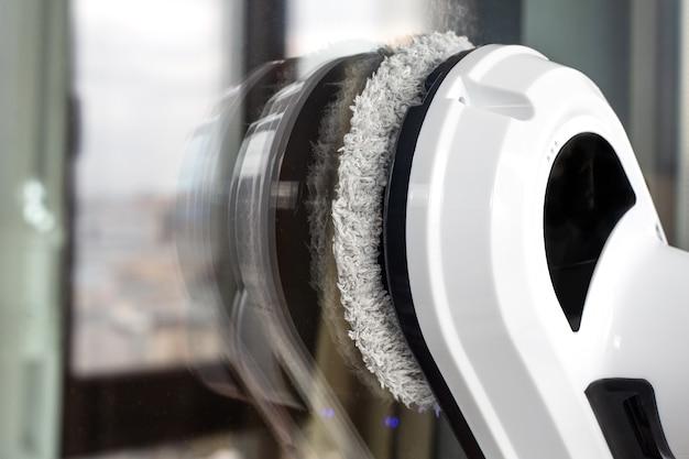 ガラス窓を洗う掃除機ロボット