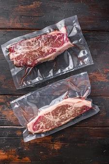 Органическая сырая говядина в вакуумной упаковке