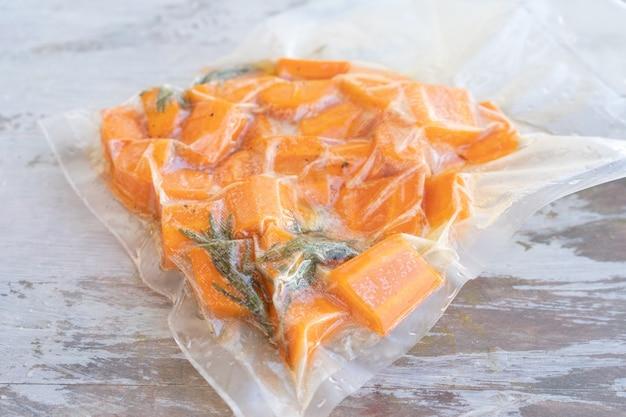 저온 요리 또는 수 비드 준비가 된 당근이 든 진공 밀봉 백