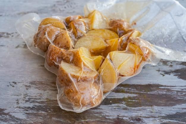 저온 요리 또는 수 비드를 위해 준비된 감자가 든 진공 밀봉 백