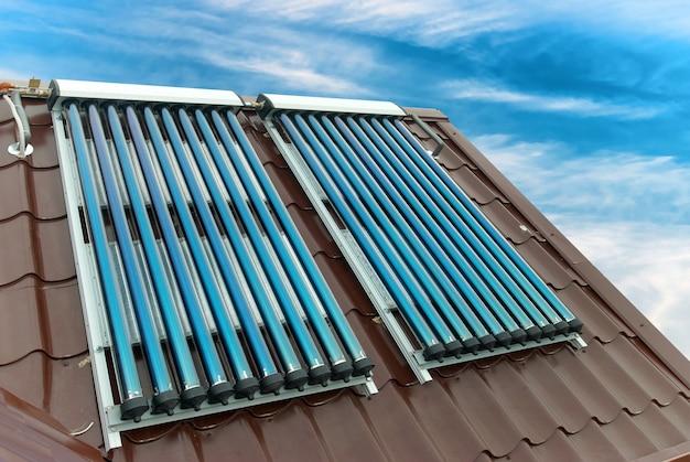 집 지붕에 진공 태양열 온수 시스템.