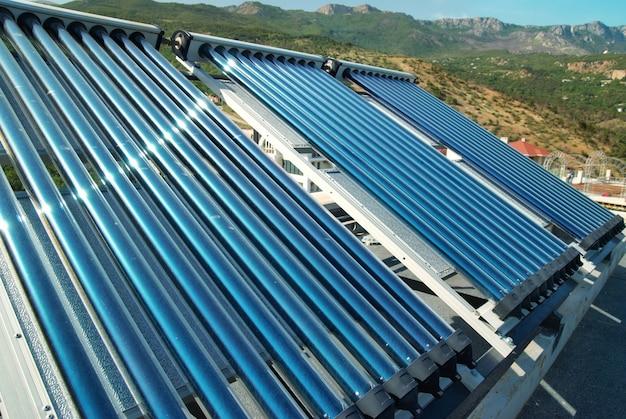 家の屋根の真空太陽熱温水暖房システム。