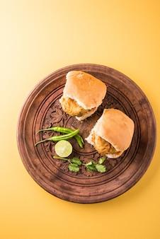 Vada pav 또는 wada pao는 인도 또는 desi burger이며 maharashtra의 길가 패스트 푸드 요리입니다. 선택적 초점