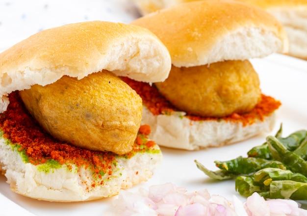 インドの有名な屋台の食べ物vada pav
