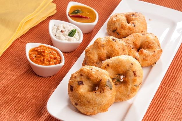 白い皿、インド料理のココナッツチャツネとヴァダサンバー