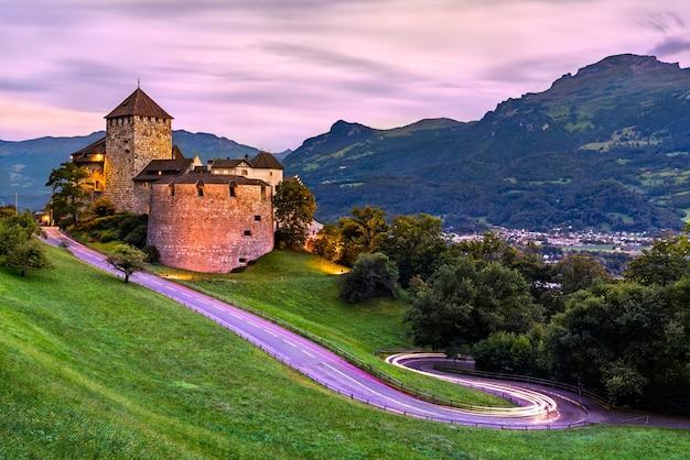 Замок вадуц с извилистой дорогой в лихтенштейне на закате
