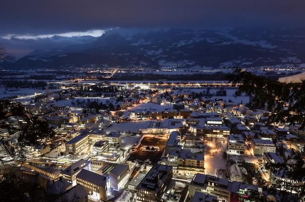 夜のリヒテンシュタインのファドゥーツの上面図。ファドゥーツはリヒテンシュタインの首都であり、国会の議席でもあります。