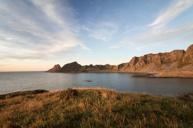 ロフォーテン。海とノルウェーのロフォーテン諸島vaeroyの山