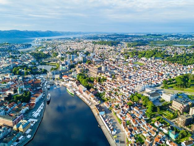 Панорамный вид с воздуха на старый город ваген в ставангере, норвегия