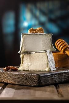 발렌케이 프랑스산 염소 치즈. 유기농 우유로 만든 수제 치즈. 소박한 스타일.