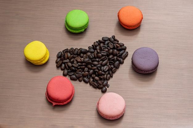 마카롱과 커피 콩 심장 발렌타인 데이 정물