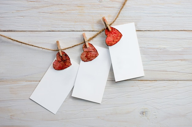 木製の背景に赤いハートのバレンタイン空白のギフトカード。