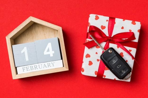 빨간 리본 및 키 자동차와 발렌타인 달력 및 선물 상자. 플랫 레이