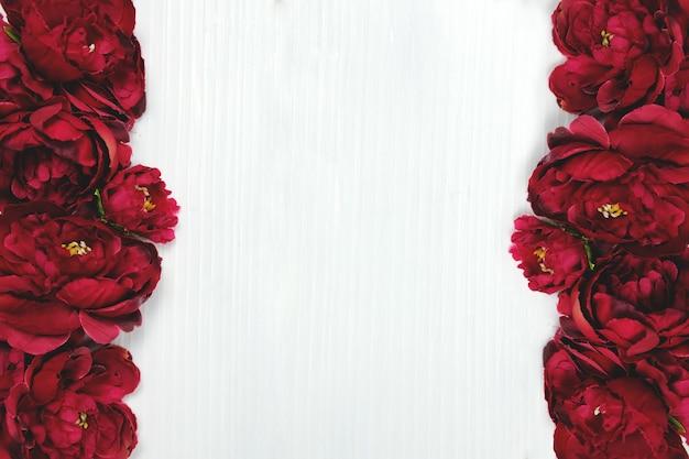Валентинка. красные розы в белой деревянной предпосылке. фото высокого качества