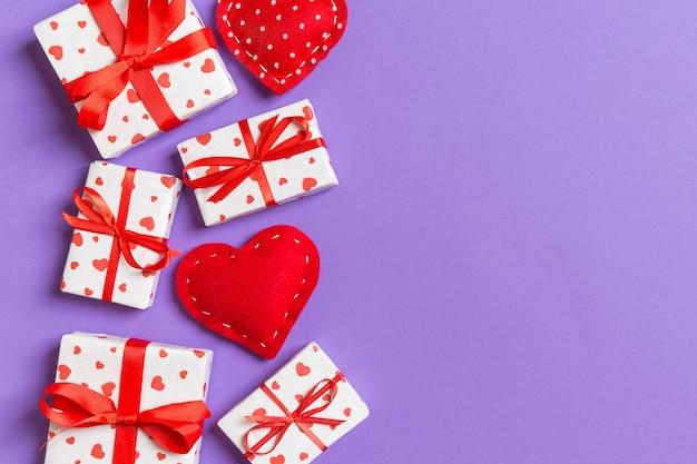 Валентина веселая в праздничном оформлении, скопируйте пространство для дизайна.