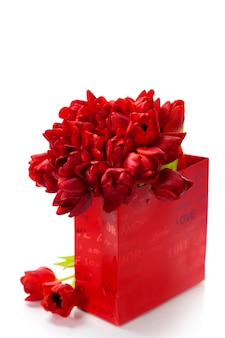 Валентина композиция с корзиной и красные тюльпаны