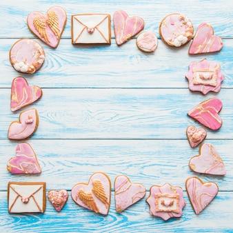 Валентина печенье кадр с сердечками, конверты, губы на синем