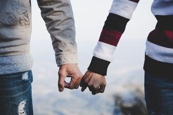 バレンタインデーの背景。永遠の愛として一緒に手を取り合って幸せなカップル。