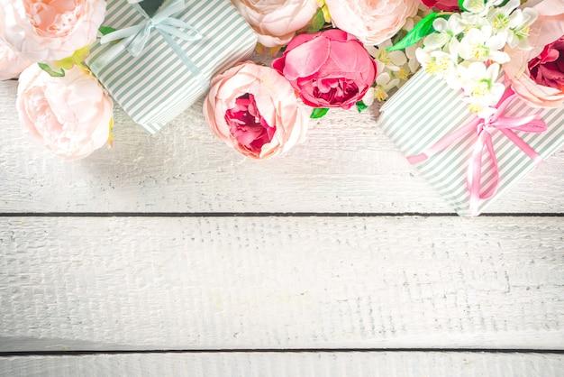 花とラップされたギフトボックスとバレンタインデーの背景