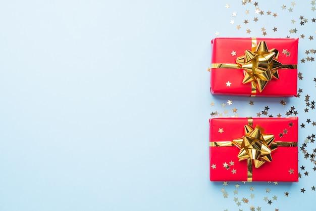 발렌타인 하루 구성, 파란색 바탕에 골드 색종이와 인사말 선물 상자. 평평하다.