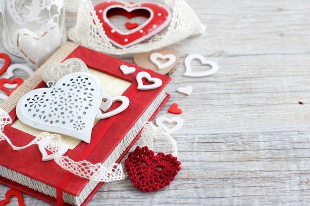木製のテーブルにハートとバレンタインデーの構成