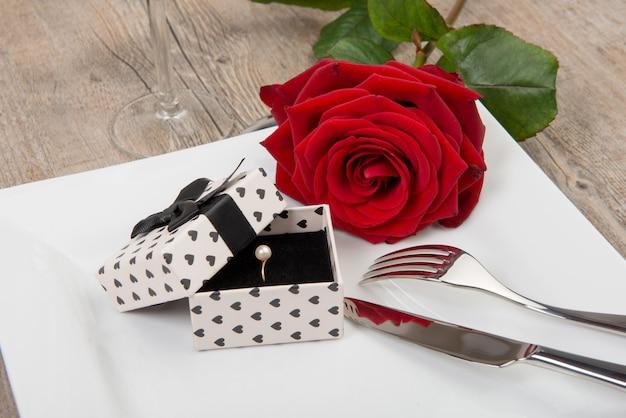 День святого валентина подарок на тарелке