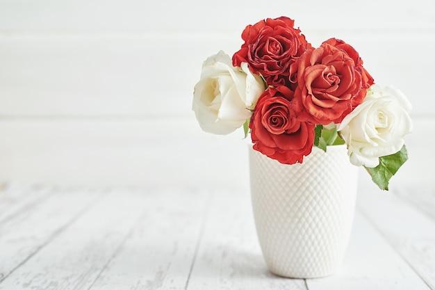 Романтическое украшение дня святого валентина с цветами красных роз. с днем святого валентина поздравительная открытка.