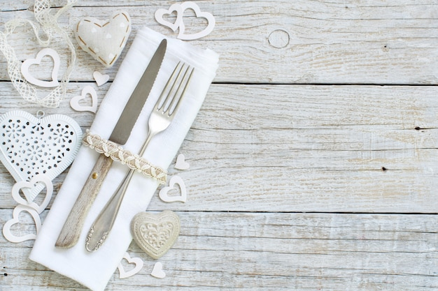 나무 테이블에 발렌타인 하루 시골 풍 테이블 설정