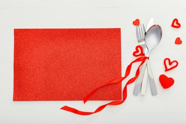 Сервировка стола в день святого валентина. меню для романтического ужина с копией пространства.