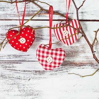 Валентина украшения: текстильные красные сердечки на ветке
