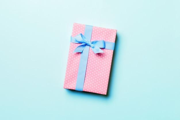 배경색에 발렌타인 선물 상자