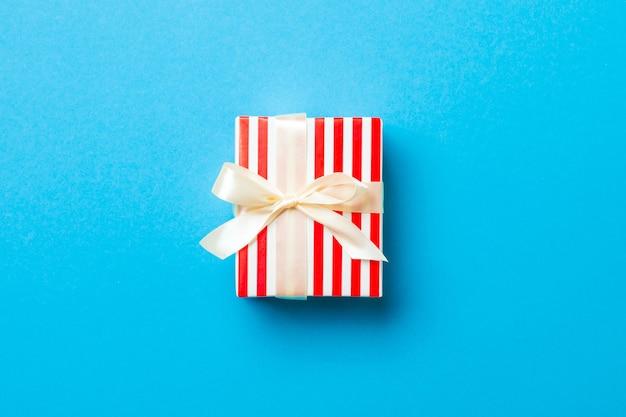 색된 표면, 평면도에 발렌타인 선물 상자.