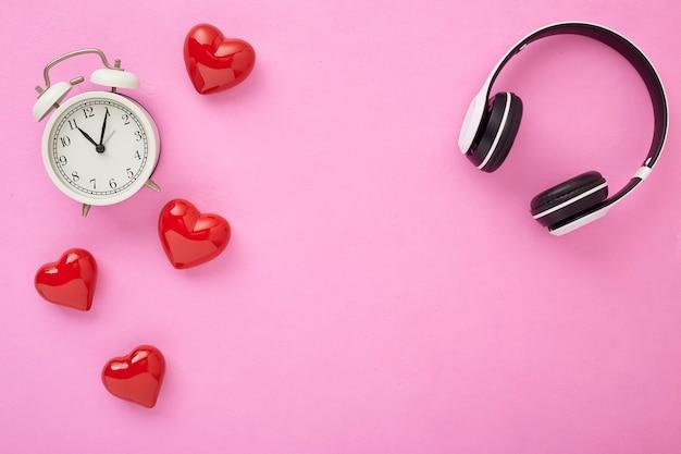 휴일 장식 copyspace 발렌타인 선물 빨간 하트와 분홍색 배경에 붉은 활과 빨간 선물 상자 휴일 웹 배너