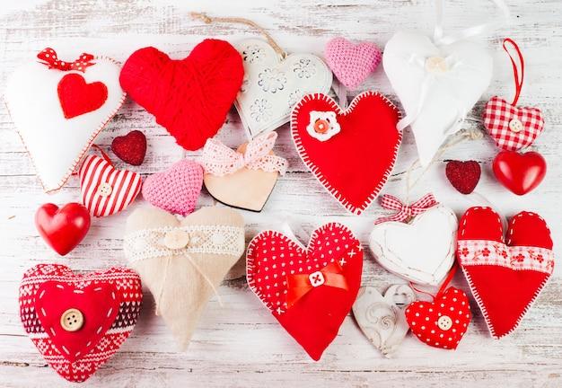 ぼろぼろの木製テーブルの上のバレンタイン手作りの心