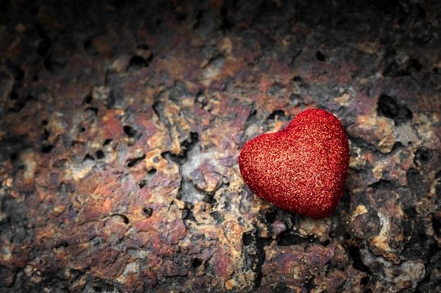 오래 된 돌 배경에 발렌타인 심장입니다.