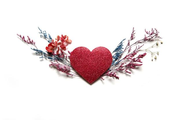 흰색 바탕에 건조 여러 가지 빛깔 된 꽃과 발렌타인 심장.