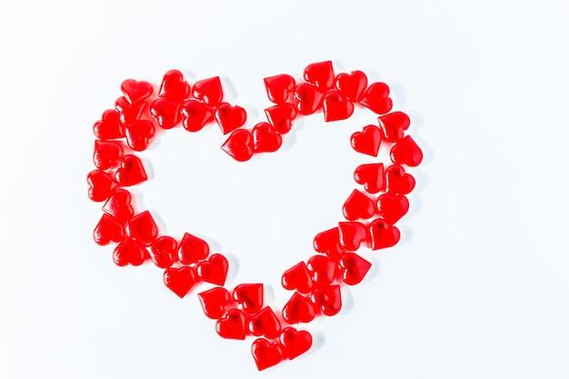 バレンタインハートの背景。バレンタインレッド。赤いハートとバレンタインデーの白い背景、上面図