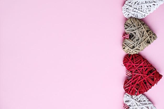 コピースペースとピンクの背景にバレンタインハート。幸せなバレンタイン、女性、母の日、誕生日のハートの形をした愛のシンボル。ギフトカード