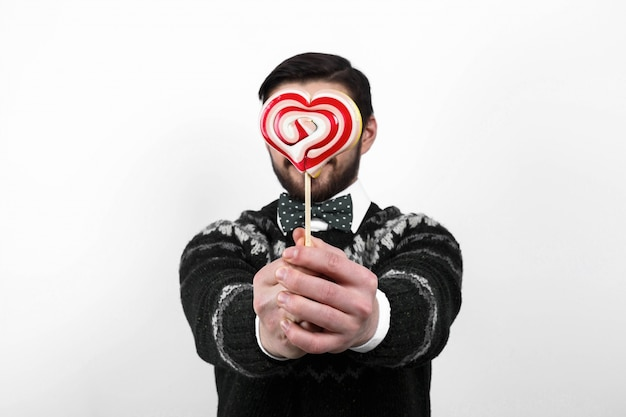 Валентина романтический человек в черный свитер проведение конфеты сердца