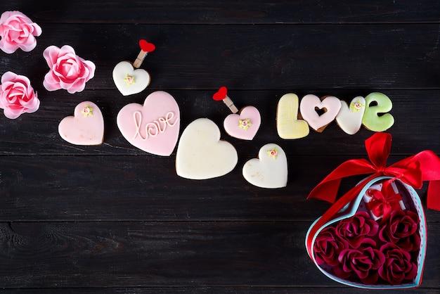 Валентина печенье в форме сердца на темном деревянном фоне