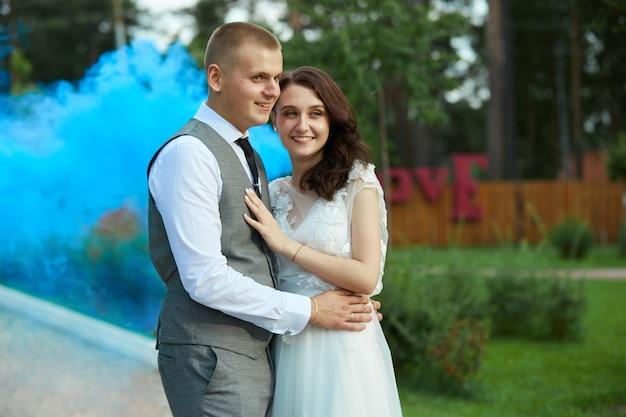 День святого валентина, влюбленная пара обнимается и целуется в парке. мужчина обнимает красивую женщину, помолвку