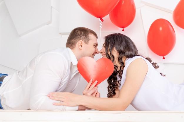 День святого валентина, влюбленная пара, целующаяся закрытие с сердцем