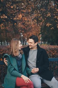 バレンタインデー:公園のベンチで恋をしているカップル