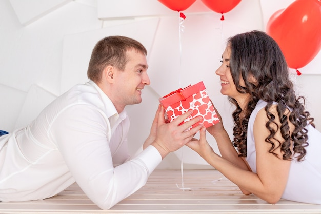 バレンタインデー、男は美しい女の子に贈り物をします