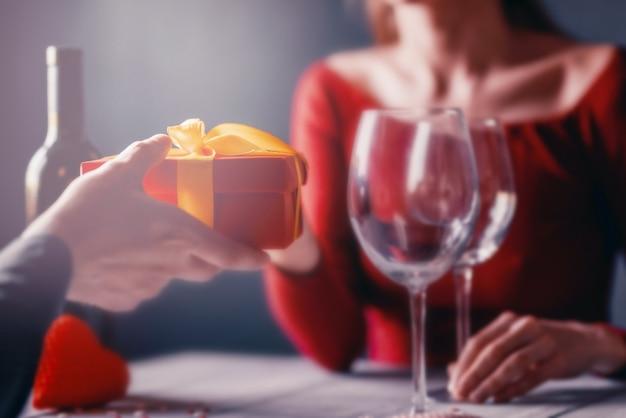 バレンタインデー女性に贈り物をする男性