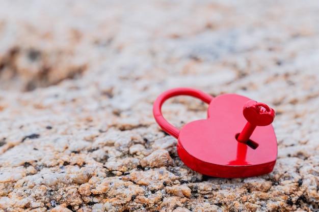 심장 모양의 자물쇠와 발렌타인 데이 및 사랑 개념. 가장 달콤한 키와 로맨스 기호입니다.