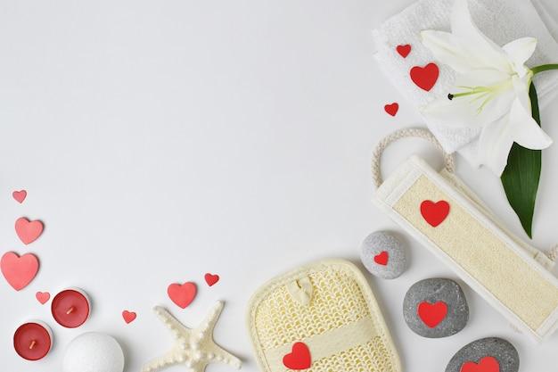 スパでのバレンタインデー。スペースのコピーが付いた様々なバスルームアクセサリー。フラットレイ